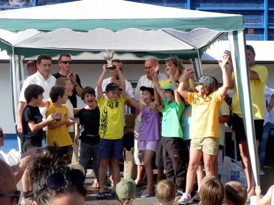 L'équipe de moins de 7 ans remporte sa catégorie et reçoit son trophée.